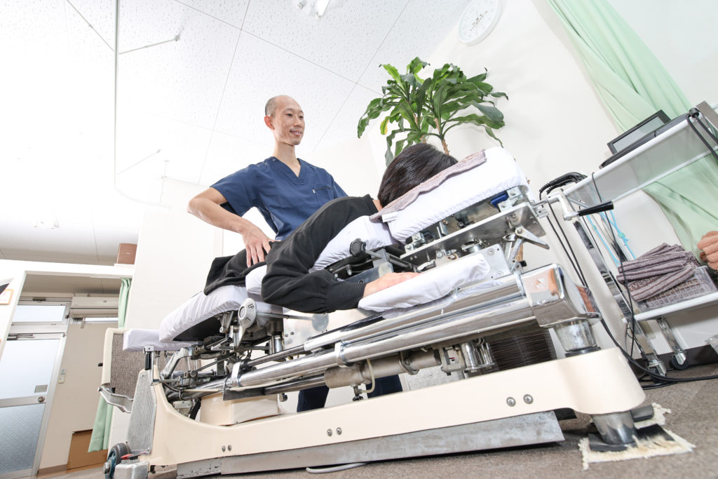 MTS施術をカイロプラクティック専用ベットであるトムソンベットで患者様の体を調整している院長