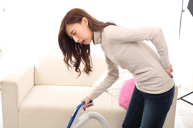 掃除機をかけている時にぎっくり腰になった30代女性