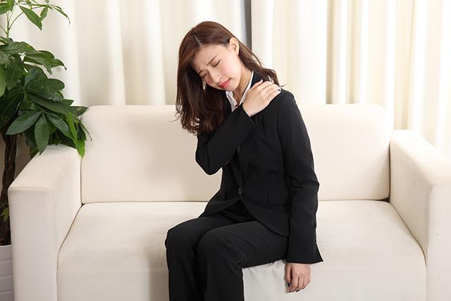 骨盤が歪んで肩こりと首こりを発症している20代女性