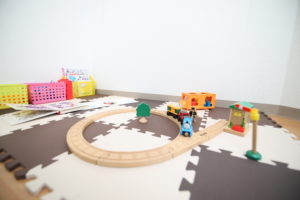 キッズスペースにはトーマスのレールやおもちゃ等があります