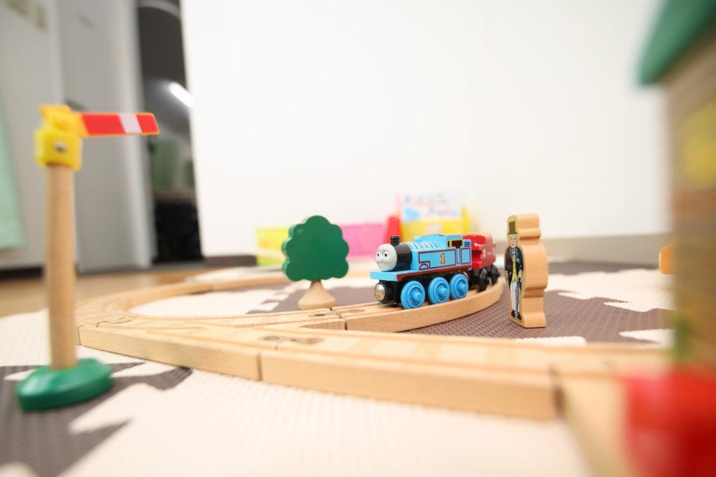 機関車トーマスの木製レールを走らすキッズスペース完備