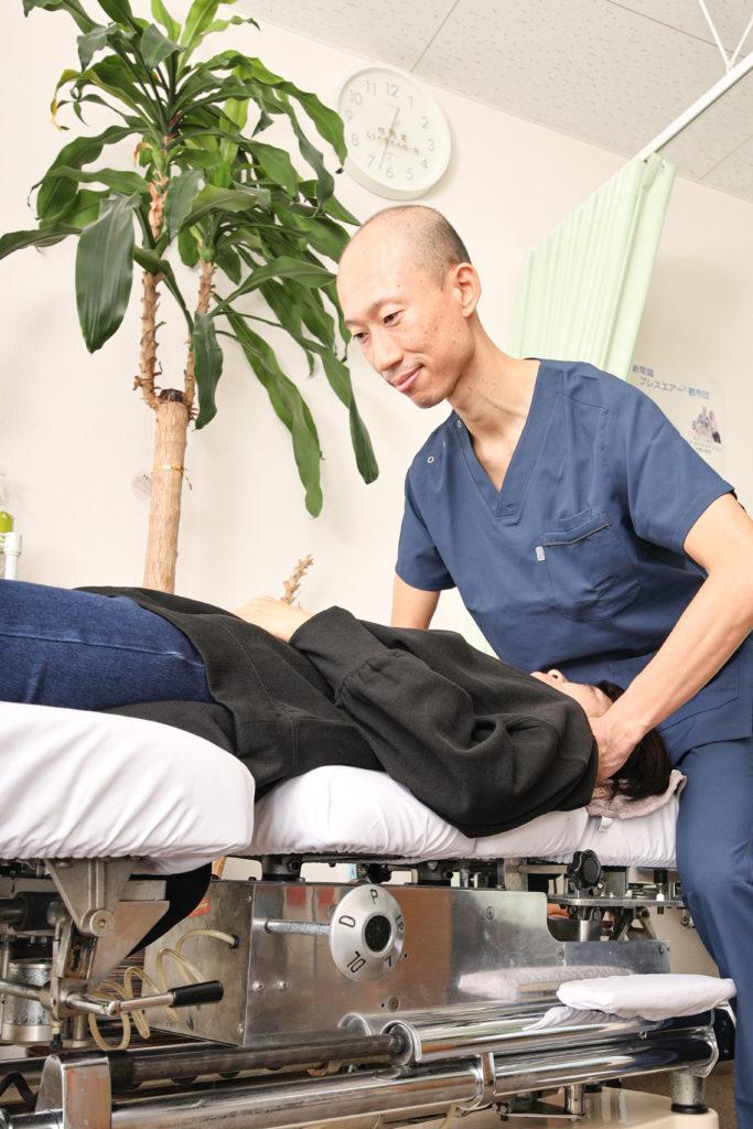 MTS施術でカイロプラクティック専用であるトムソンベットでソフトに首と骨盤を調整するうの整骨院院長