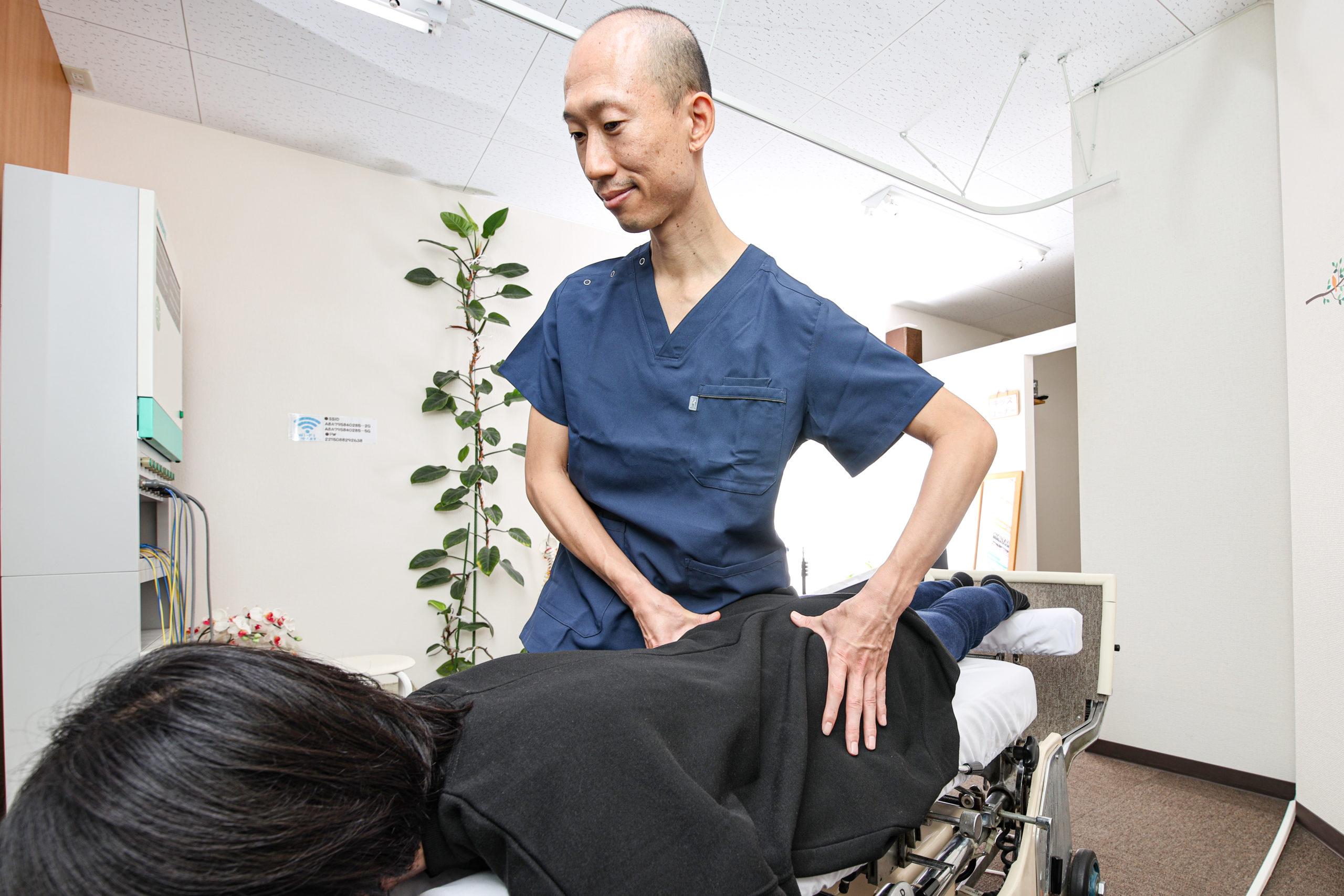 40代女性の骨盤をMTS施術で正しい位置に調整している院長