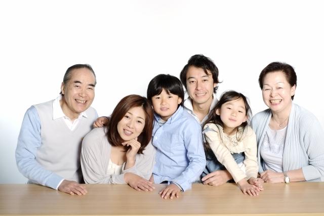 当院に通院されている小さいお子様からご年配のいる3世代家族の写真
