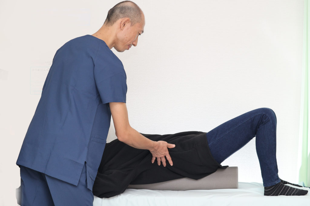 ストレッチポールを使用して肩甲骨を動かし、褐色脂肪細胞に働きかけ代謝向上に働きかけるエクセサイズを患者様にお伝えしている院長