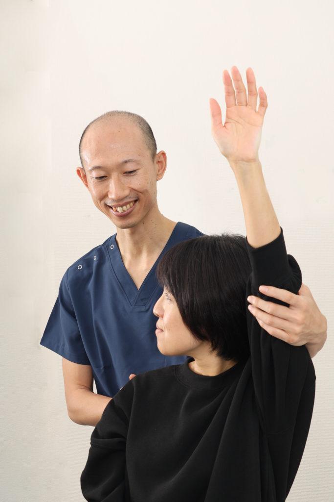 関節の可動域の検査、筋肉の硬さの検査、痛む場所の圧痛検査、筋力検査をするうの整骨院院長