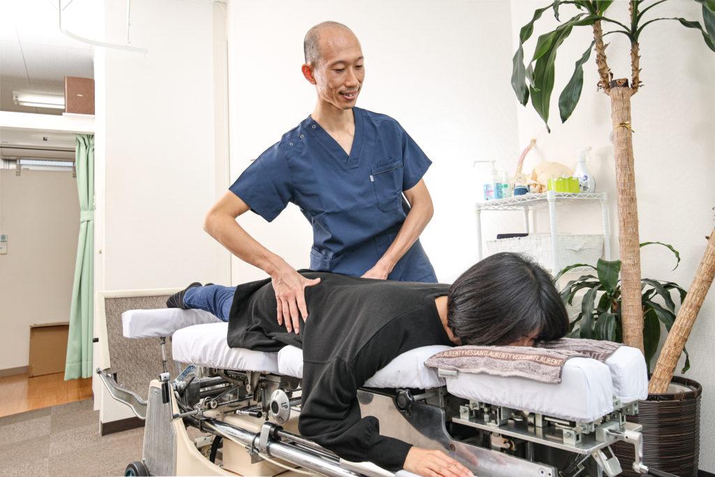 MTS施術で骨盤を調整している院長