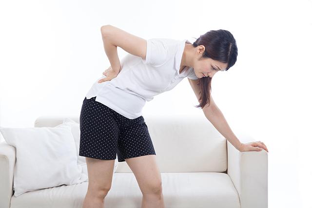 骨盤が歪んで腰痛を引き起こしている30代女性