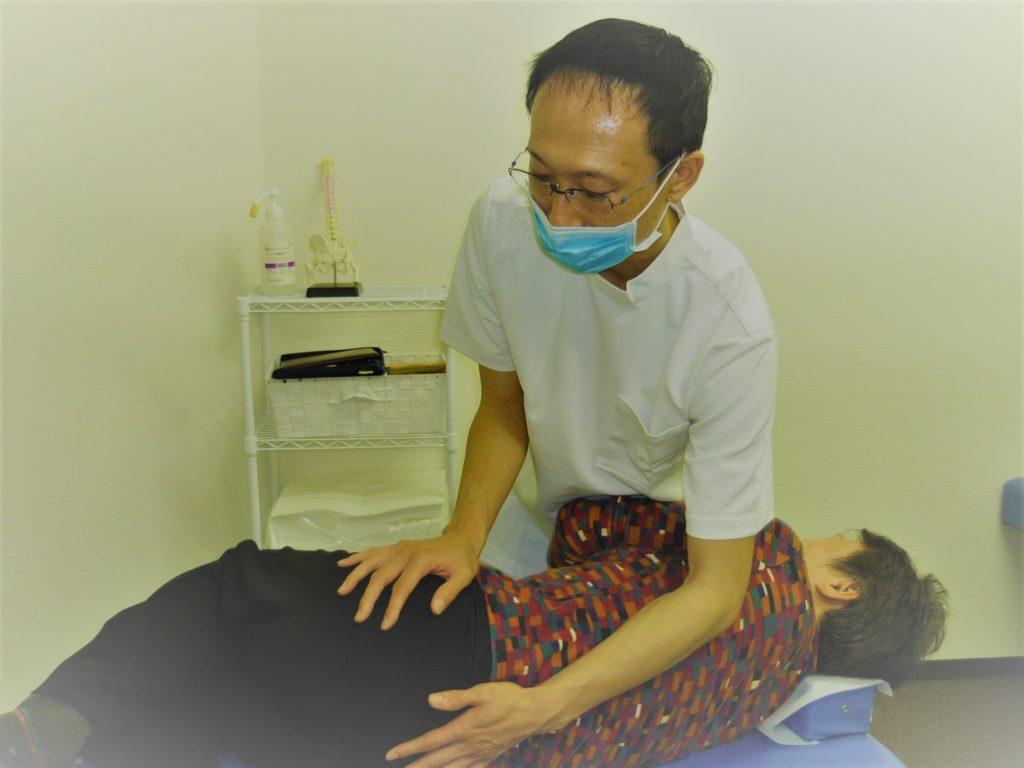 腰痛の場合のAKA施術をしている院長