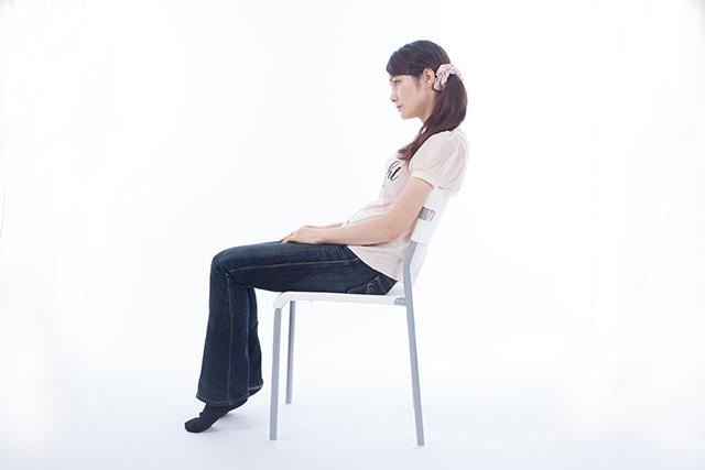 猫背姿勢の30代女性の坐位姿勢