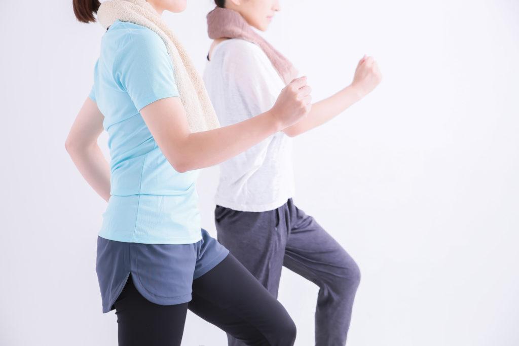 女性2人がウォーキングして膝の痛みを改善しようとしている