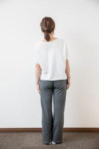 出産直後から4ヶ月続く肩こりと腰痛に悩む40代女性の立位検査画像