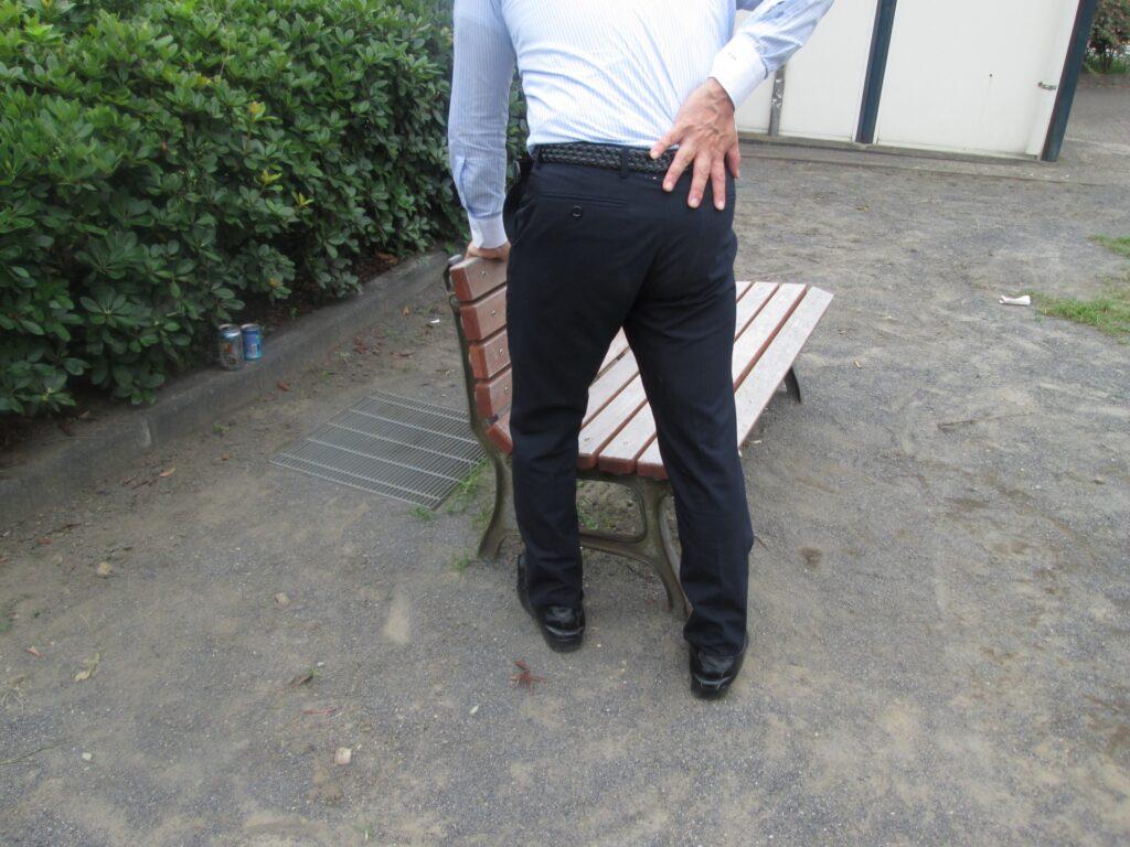 脊柱管狭窄症で右腰から右臀部痛、右大腿部の痛みで5分も歩行困難となった60代男性
